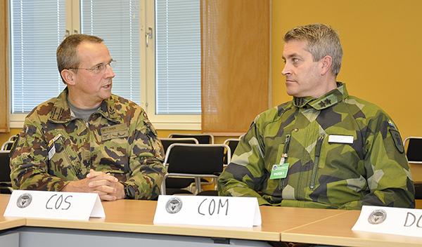 Brigadgeneral Werner Epper och generalmajor Mats Helgesson samtalar under besöket