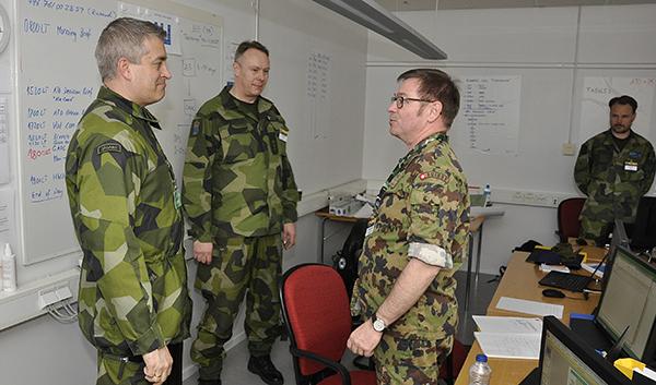 Överste Reinhard Siegfried från Schweiz redogör för FVC sin uppgift i övningen.