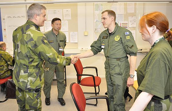 Personal ur CAOC current hälsar på den svenske flygvapenchefen.
