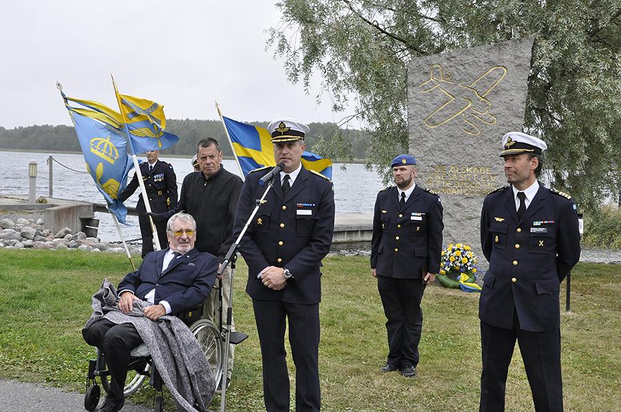 Minnesceremoni vid F2 i Hägernäs. Flygvapenchefen Mats Helgesson tillsammans med den siste ordföranden i F2 kamratförening Kurt Jörgne höll tal. C LSS Anders Persson, till höger i bild har ansvar att bära F2;s traditioner vidare.