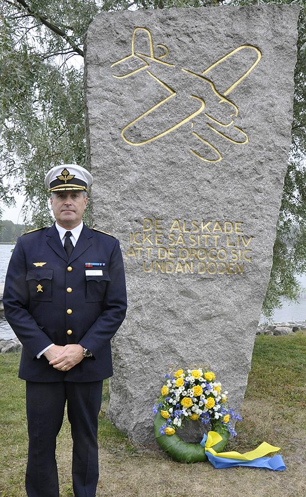 Generalmajor Mats Helgesson vid F2 minnesmonument i Hägernäs.