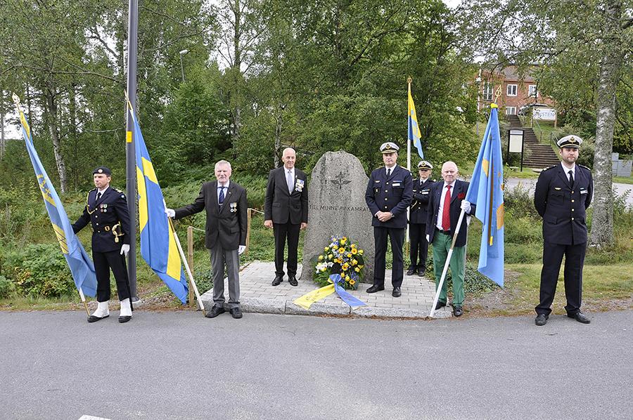 Ordförande i F18 kamratförening Gunnar Persson tillsammans med Mats Helgesson och fanborg vid minnessten i Tullinge.