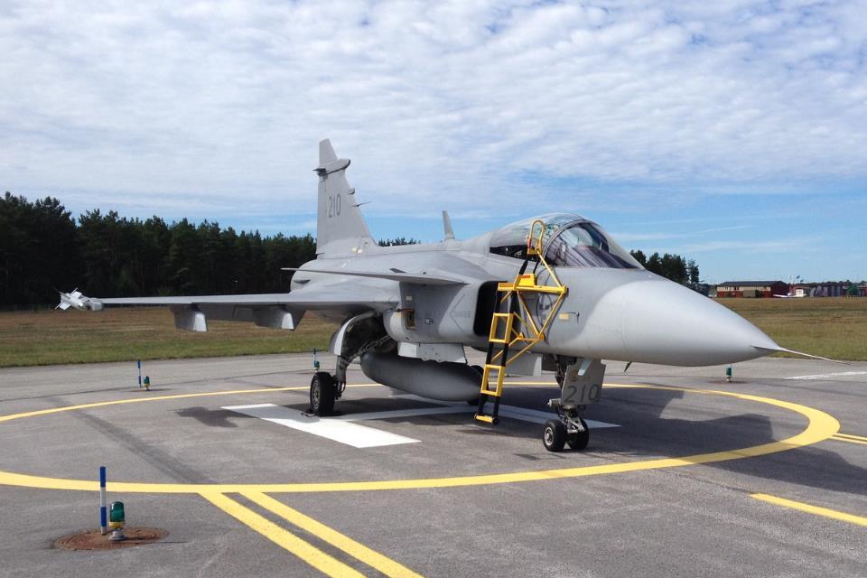 Jas 39 Gripen uppställd på spridd flygplanplats. I detta fall på en reservlandningsplats för helikopter. Foto: Försvarsmakten