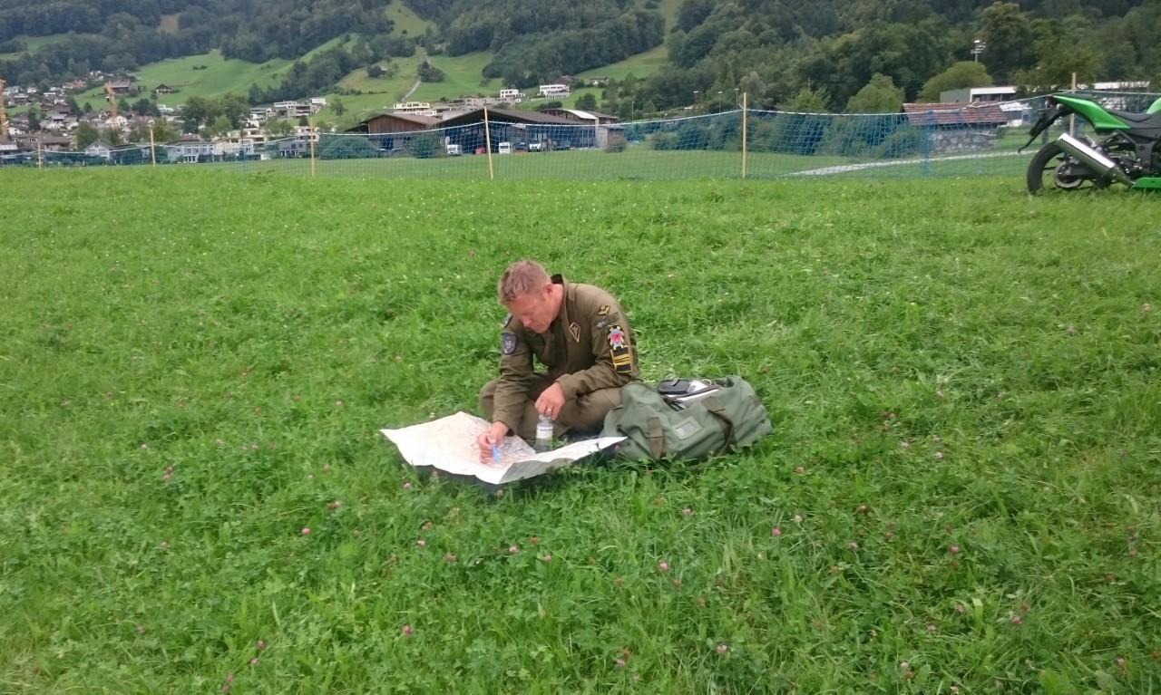 Uppvisningspilot Stefan Kaarle planerar inför fredagens träning.
