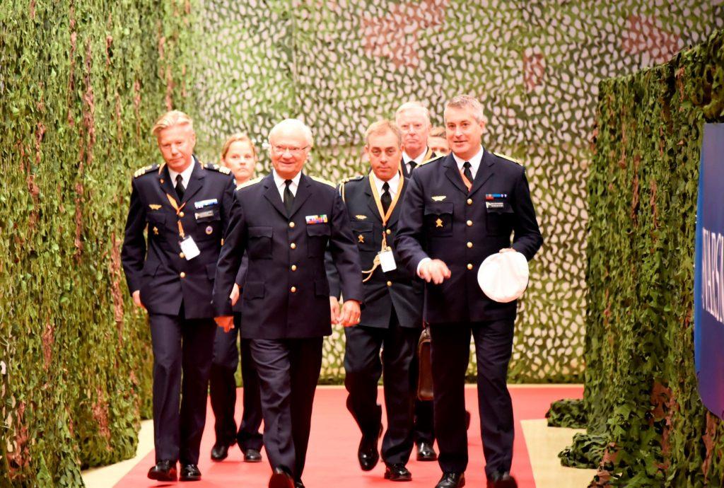 Flygvapenchef generalmajor Mats Helgesson eskorterar Hans Majestät Konungen in till seminariet.