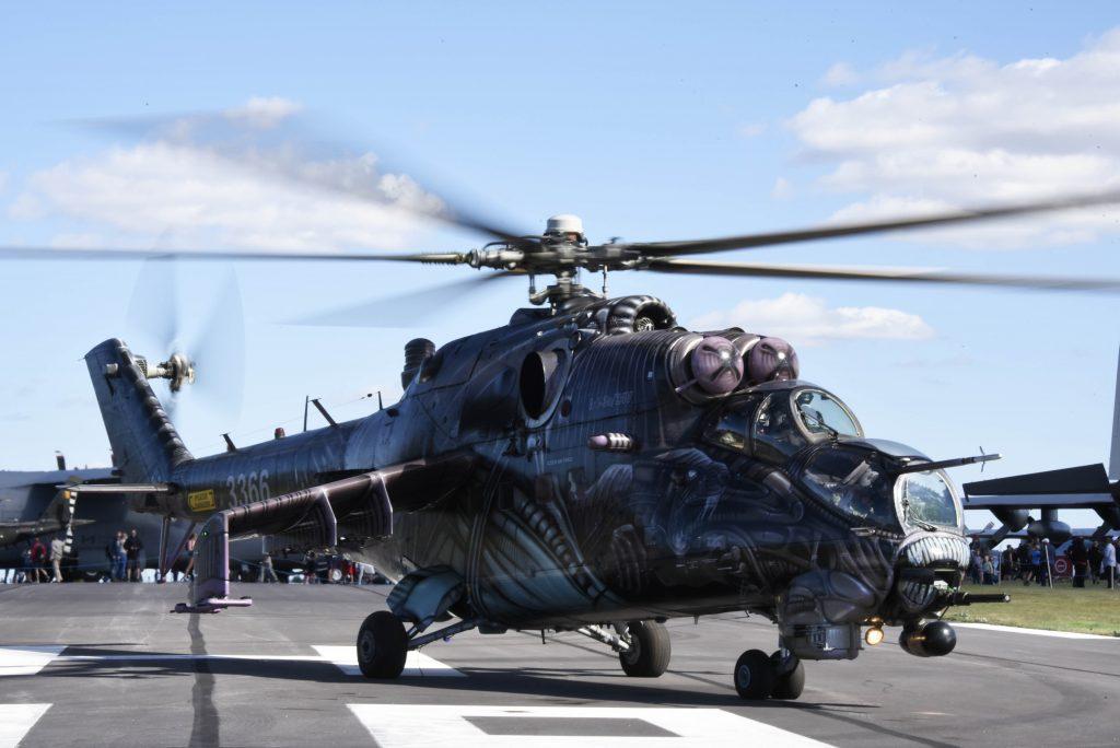 """Attackhelikoptern Mi-24 har varit i Sverige tidigare men inte på någon uppvisning. Den här har dessutom vunnit pris för sin """"Alien"""" målning."""