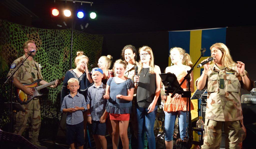 De svenska barnen gjorden ett bejublat framträdande tillsammans med Fältartisterna.
