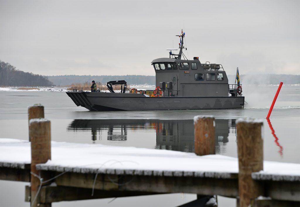 Hemvärnets trossbåt/Ture stävar mot Såtenäs hamn. Leder i skydd av mörkret stridsbåt90-transport av soldater ur K3. Foto: John Lidman/Försvarsmakten