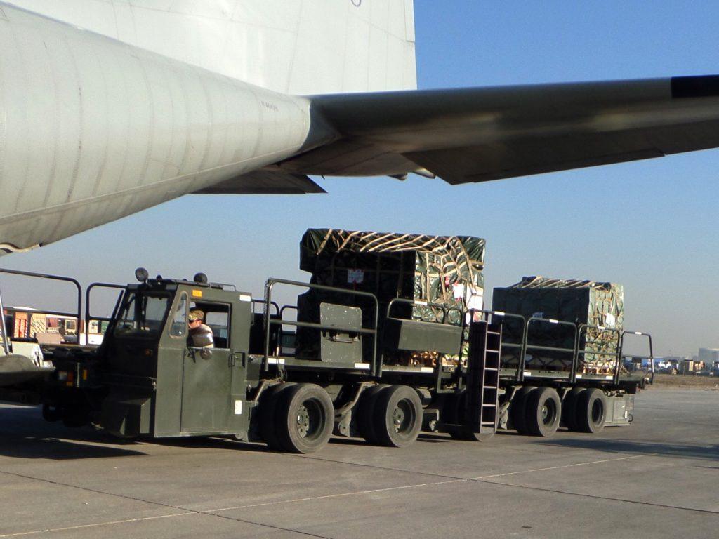 På marken är det färdmekaniker och lastmästare som har det hårdaste jobbet med att se till att flygmaskinen klargörs förs nästa del i uppdraget och att lasten lossas och ny lastas på.
