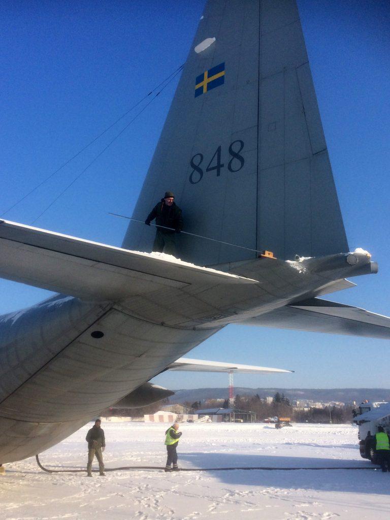 Under det här uppdraget blev det också nödvändigt att sopa bort snö från flygplanet innan sista sträckan hem till Sverige.