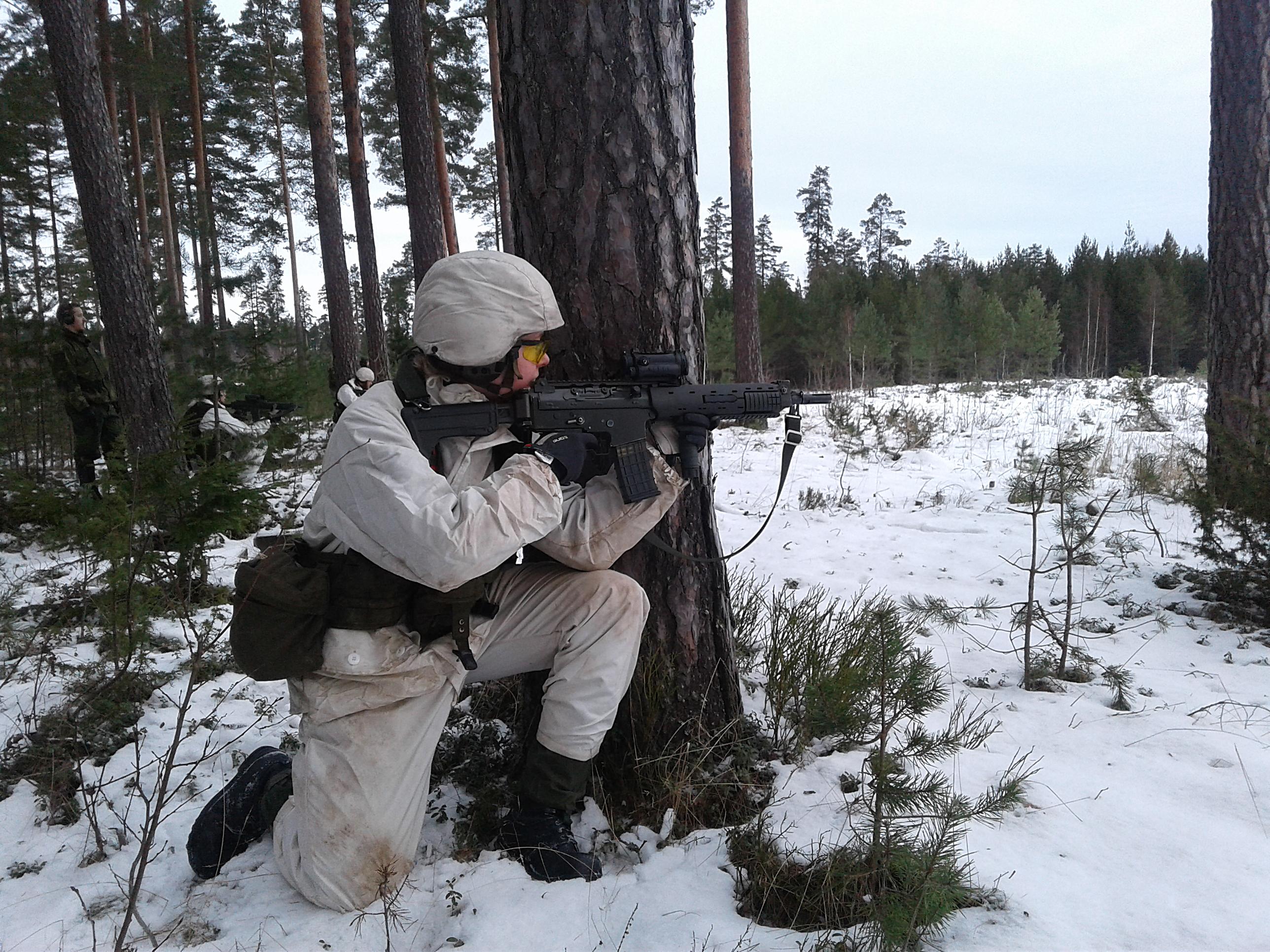 Rekryt Eriksson är den som har bäst observation och upptäcker fienden först. Hon är också först till skott.