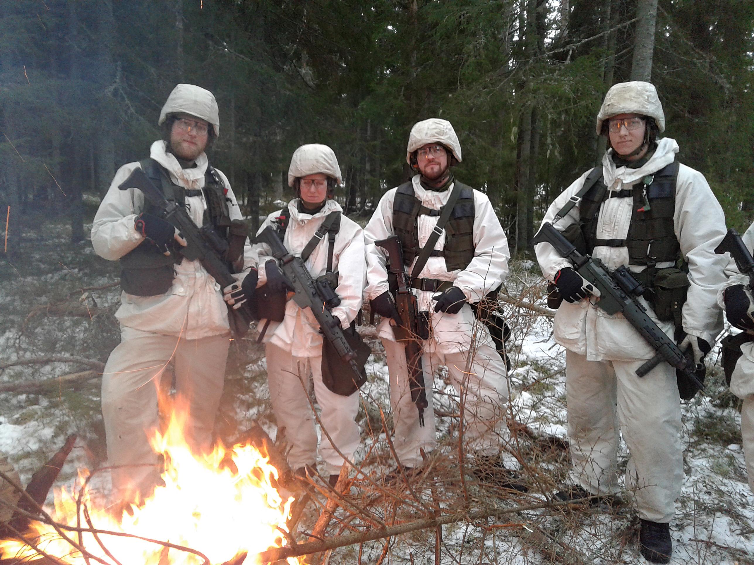 Rekryterna Bohn, Rabar, Vehmaa och Östberg tar en paus och njuter av det snöfattiga men vackra vintervädret.