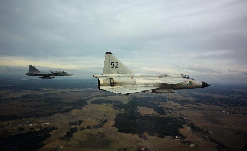 Två Jas 39 gripen eskorterar Saab 37 Viggen, 50 år efter första flygningen. Foto: Försvarsmakten
