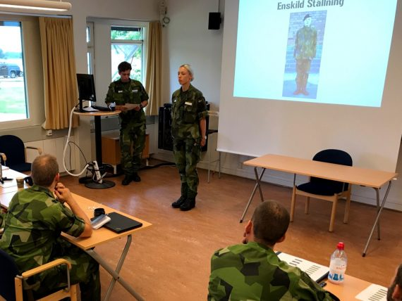 Kadett Andersson visar Enskild Ställning