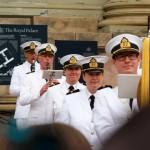 Glada marinmusiker vid slottet