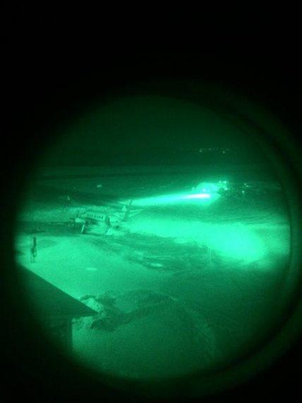 Såhär ser tillvaron ut genom ljusförstärkaren man har på sig vid mörkerflygning.