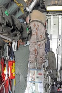 Flygmaskinisten och en flygtekniker i samarbete. Lugnt, stabilt och snabbt.