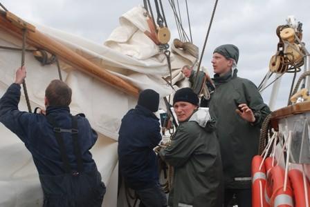 N Gyllenberg och Holm mfl bärgar segel