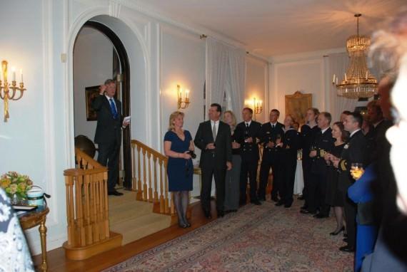 Ambassadören hälsar välkommen till residenset i  Washington DC