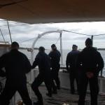 Kadetterna halar upp skeppsbåten