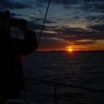 Sekonden med kikaren i högsta hugg, i bakgrunden en av många varckra solnedgångar vi får se ombord.