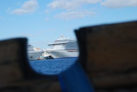 Kryssningsfartygen ligger runt oss.