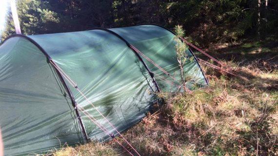 Tält för fyra personer från överlevnadspackningen.