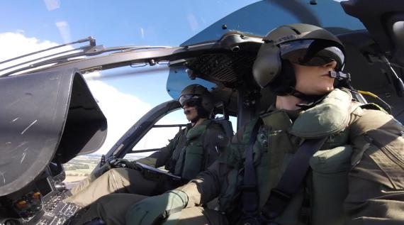 Co-pilot och pilot tillika stickbuddys spanar tranor