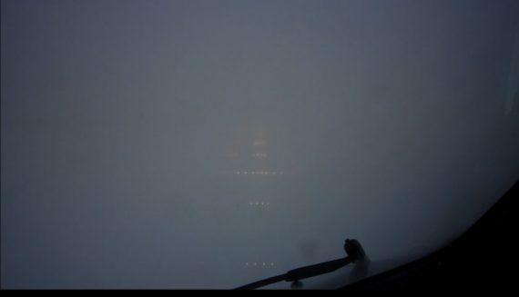 Sikten ut från cockpit vid låga moln eller dimma. De svaga ljusen som syns är mycket kraftiga lampor som visar riktningen mot landningsbanan. Helikoptern är bedömt inte högre än 30-50 meter upp i luften men med en hastighet på närmare 200km/h kan det fort bli obehagligt om man inte får syn på flygplatsen eller landningsbanan man tänkt landa på.