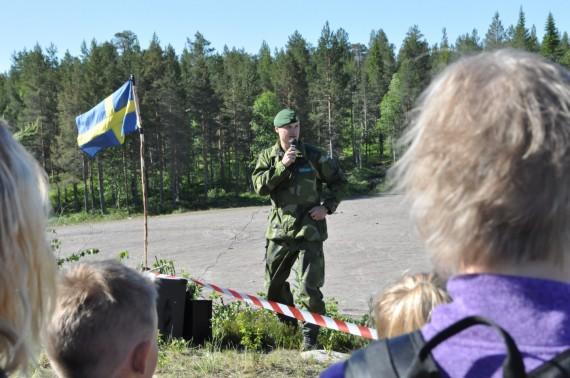 Kapten Håkan Jorsell informerade om läget vid förevisningen av jägarstrid. Foto: Arméns jägarbataljon