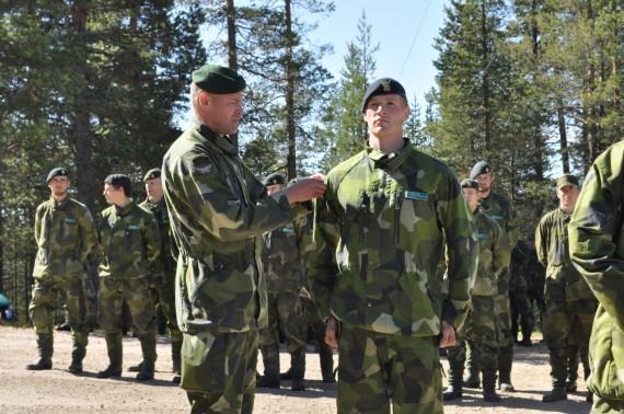 Chefen för Arméns jägarbataljon överste Teddy Larsson delade ut jägarbågen till stolta och nyexaminerade jägarsoldater. Foto: Arméns jägarbataljon