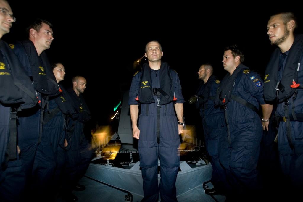 Adenviken 6 juni 2009. HMS Stockholm firade nationaldagen genom att samlas på fördäck och sjunga nationalsången.