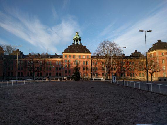 Kavallerikasern fångas i juldagens solljus. Härligt med vackert väder, men vart är all snö?