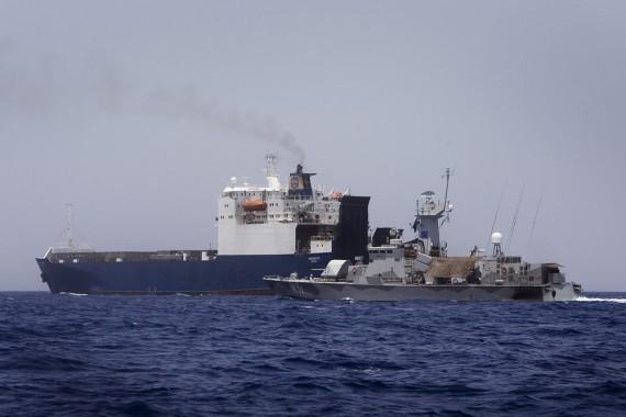 HMS STOCKHOLM ESKORTERAR  MS HOBURGEN I ADENVIKEN