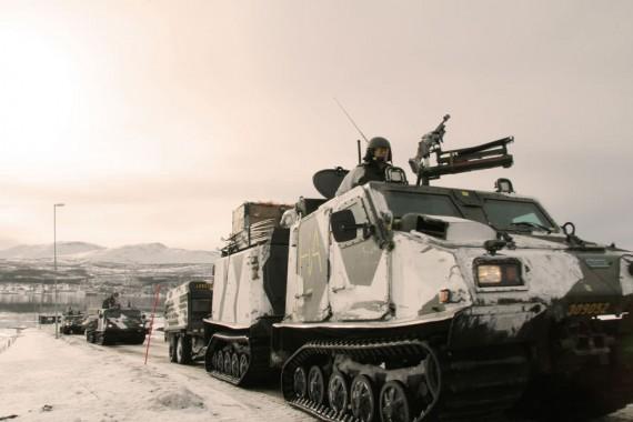 Under övningen rör sig Amfibiesoldaterna i övningsterrängen med den splitterskyddade bandvagn 309.