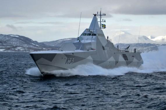 HMS Härnösand passerar i hög fart/Foto: Stefan Järkeborn FM