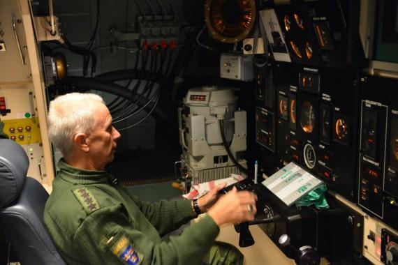 General Sverker Göranson styr ubåten i djup och sida