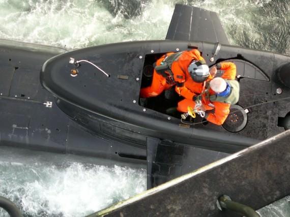 ÖB kommit ombord ubåt (foto: Helikopterflottiljen)
