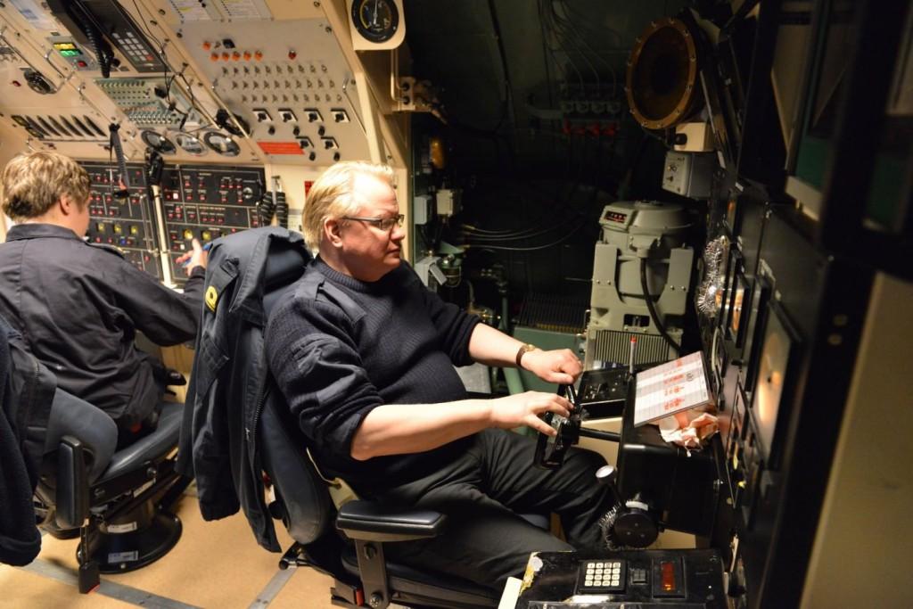 Riksdagsledamot Peter Hultqvist styr ubåten Södermanland i uläge (foto: A Sannerman/1.ubflj)