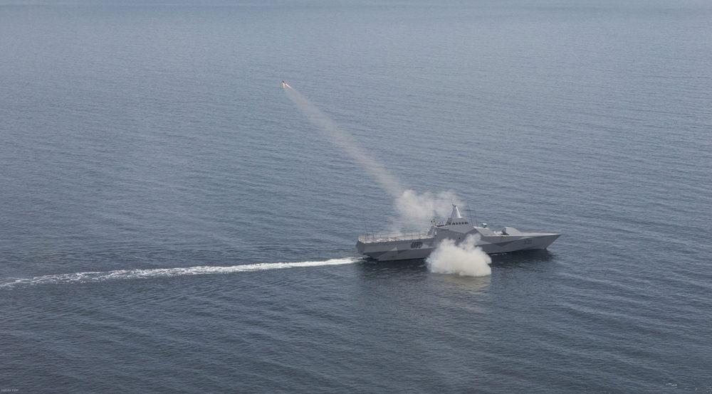 HMS Visby skjuter sjömålsrobot tidigare i år. Foto: HeliAir Sweden