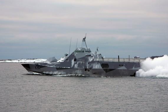 HMS Nyköping under gång i en vintrig Blekingeskärgård.