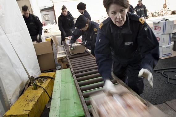 Ett rullband gör det lättare att ta ombord provianten. Foto Niklas Ehlén Försvarsmakten