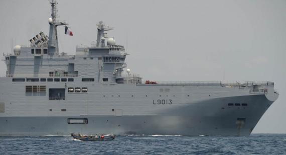 Små båtar uppträder långt ut på havet och kan ses avsiktligt närma sig större fartyg. Den känsligaste platsen på Mistral är i den delen som är bortklippt i bilden. Vi hade alla vapen framme och laddade dagtid och nattetid var de delvis även bemannade då risken för att bli sammanblandad med ett handelsfartyg var störst.
