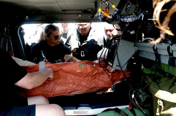 Till slut är patienten på plats i helikoptern redo för transport till sjukhus. Foto Anders Kallin/Försvarsmakten