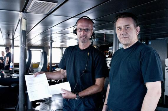 Mats Hörström (till vänster) och Mats Thuresson med beviset på att den inrapporterade positionen på vraket skickats ut som en Notice to Mariner. Foto: Anders Kallin/Försvarsmakten