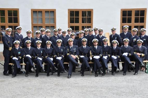 Marinens fänrikar tillsammans med förbandschefer och Marininspektören. Foto: Catrin Fock