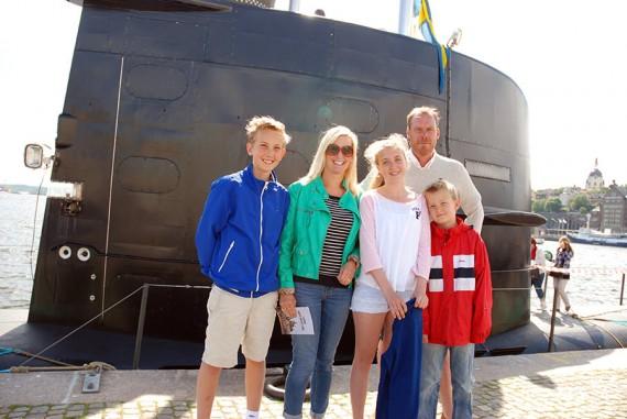 Familjen Grönqvist Axelsson vid ubåten Halland förtöjd i Stockholm (foto: M Lindstedt/Försvarsmakten)