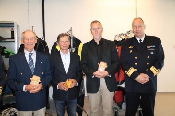 Stolta mottagare av röjdykarnas  hedersutbildningstecken tillsammans med marininspektören (MI). Från vänster Torsten Nilsson, Karl Jonasson, Lalle Pettersson och Jan Thörnqvist (MI).