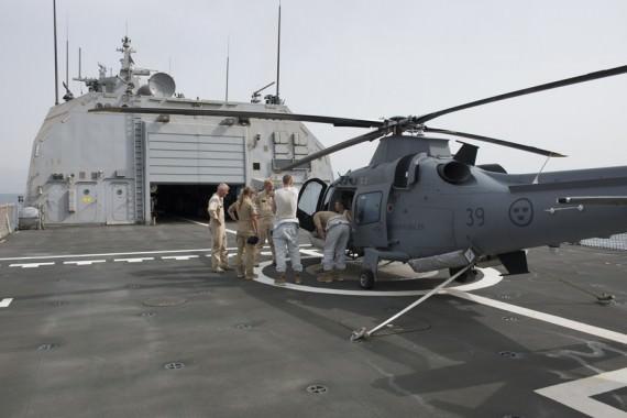 HMS Carlskronas helikopter fick möjlighet att landa på Fridtjof Nansens helikopterdäck. Foto: Lars Sandau/Försvarsmakten