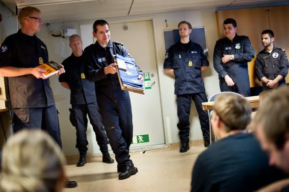 Chefen för ME03 överlämnade den EU-flagga som varit hissad på HMS Carlskrona under insaten. Foto: Niklas Ehlén/Combat Camera